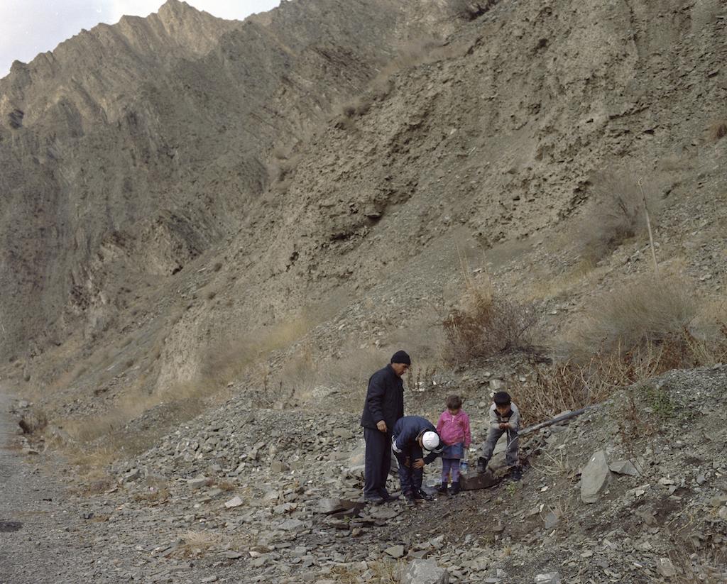 Семья пьет воду из трубы, выступающей из гор в Нарынской области Кыргызстана. Фотография Федора Савинцева / Salt Images, 2013.