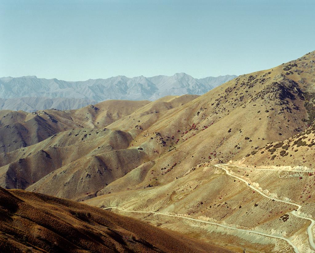 Вид на дорогу через перевал Калмак-Ашуу в Кыргызстане, который находится выше двух километров над уровнем моря. Фотография Федора Савинцева / Salt Images, 2008.
