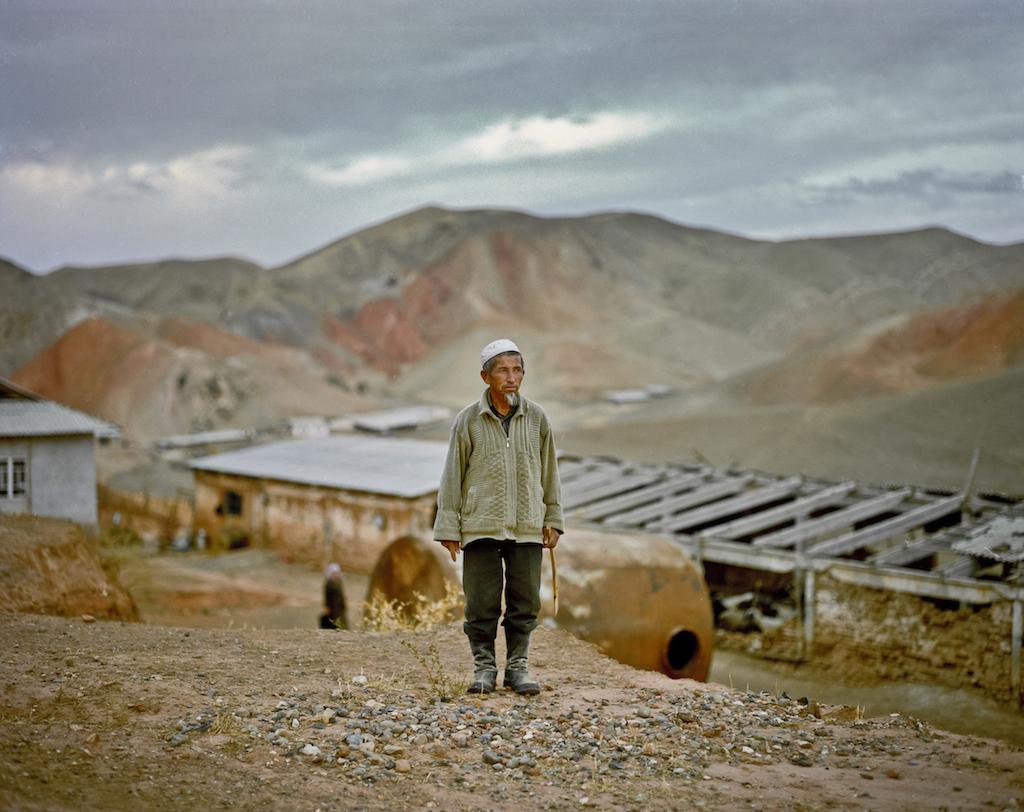 Алмазу Курамбаеву 69 лет. Он с женой живет более чем за 100 миль от ближайшего города в Ошской области Кыргызстана. Чтобы найти питьевую воду, Алмаз добирается в горы на осле. Фото Федора Савинцева / Salt Images, 2008.