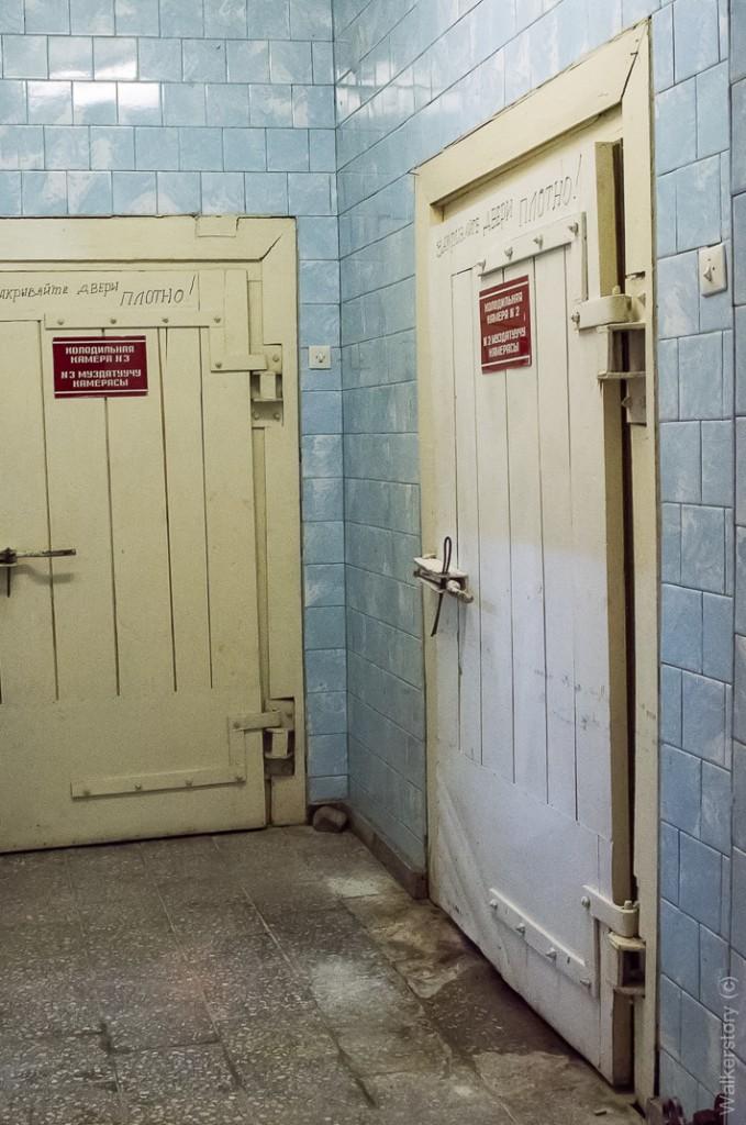 Холодильные камеры, — «Закрывайте дверь плотно», — воняет ужасно.