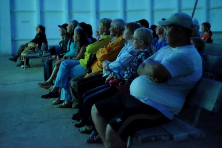 Кинотеатр под открытым небом пользуется в Чолпон-Ате куда большей популярностью.