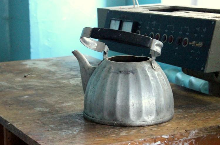 Алюминиевый чайник, кинопроекционное оборудование, пустой стол, пыльные бобины...  Запустение.