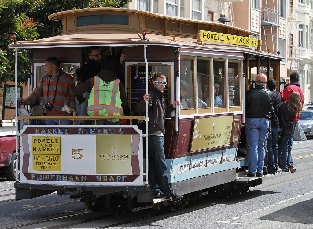 Трамваи Сан-Франциско прекрасны, но если мы будем перемещаться на них для сбора информации, то придётся пару лет делать эти репортажи. Автор фото: пользователь jjron в Википедии, лицензия Creative Commons.