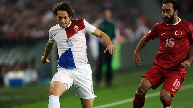 Турция и Нидерланды встречаются не в первый раз. На фото: Дэйли Блинд и Олкан Айдин борятся за мяч.