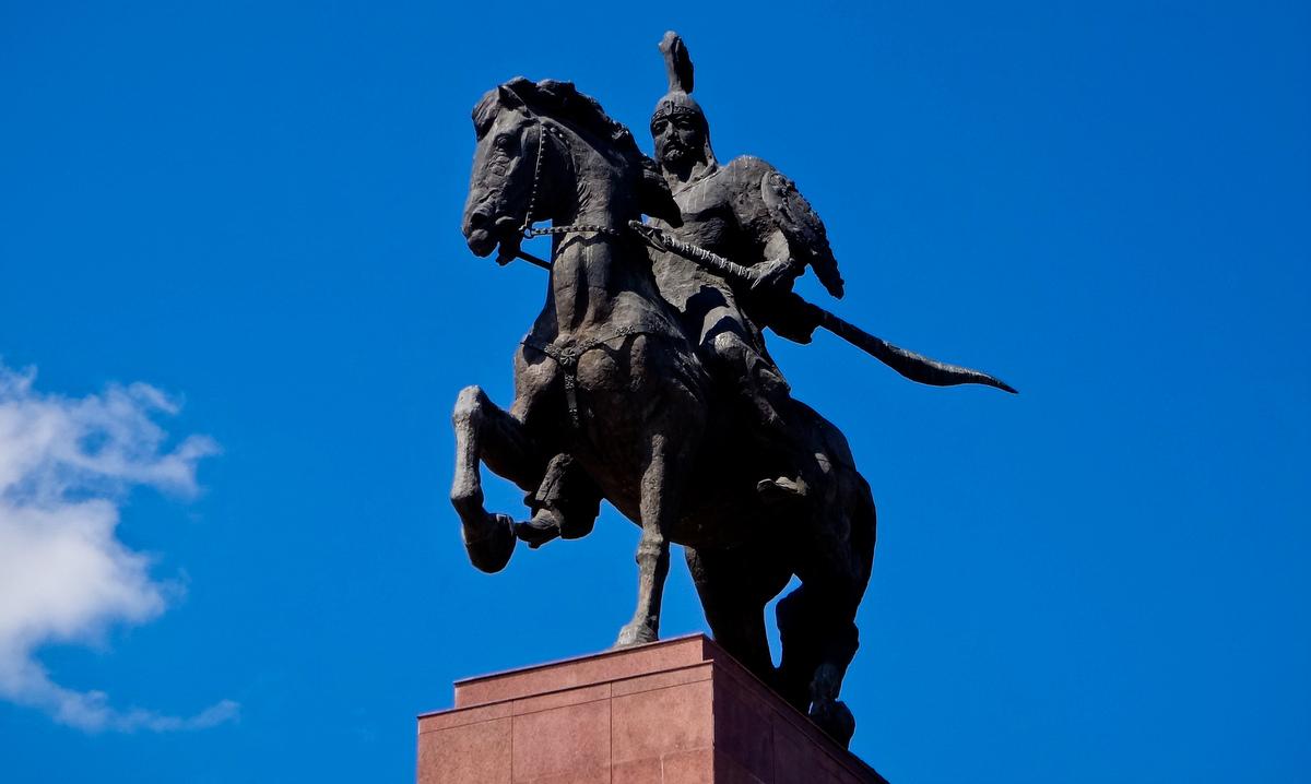 Статуя Манаса в центре Бишкека. Фото: releasethedogs, Flickr.