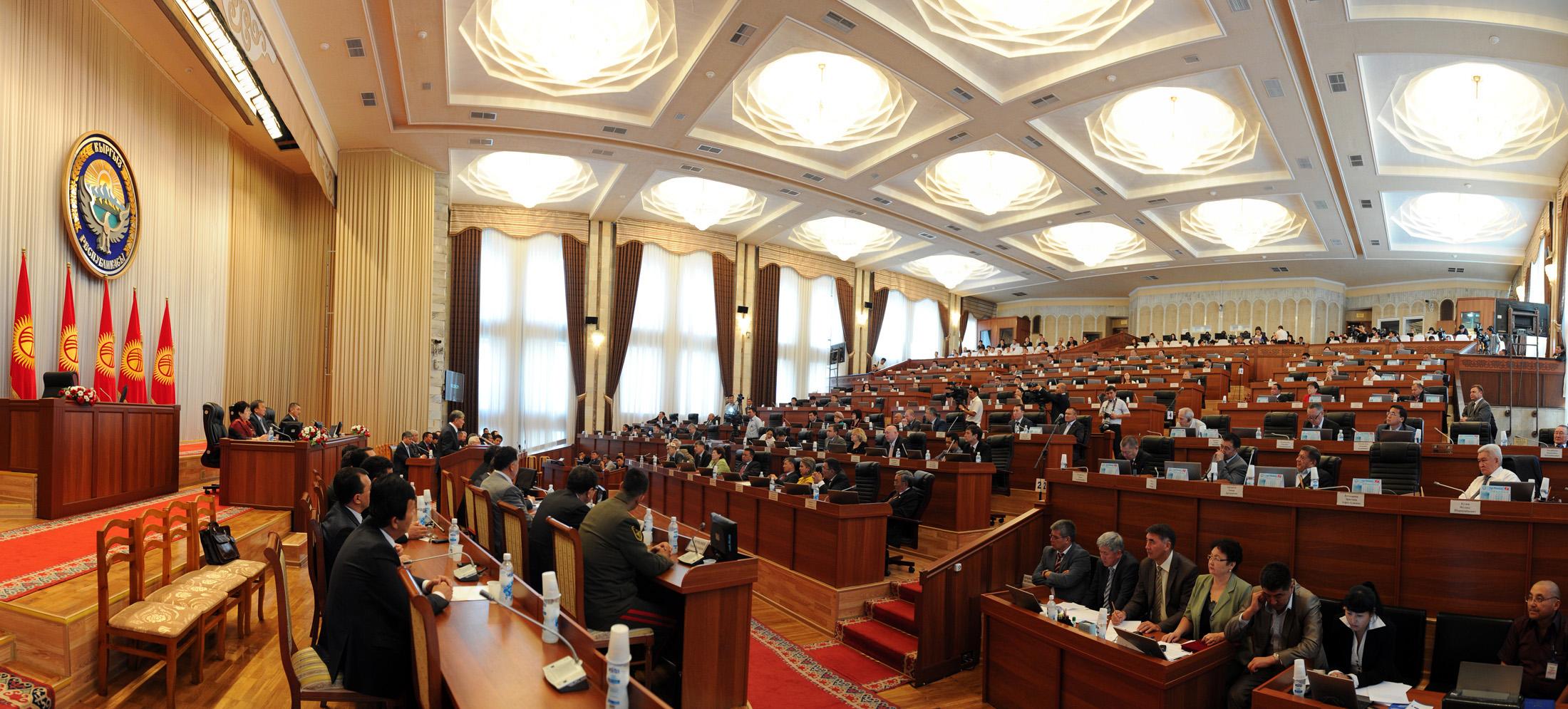 Депутат Осмонов опасается, что закон может использоваться властью против политических оппонентов.