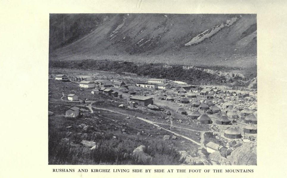 Русские и кыргызы живут бок о бок у подножия гор.