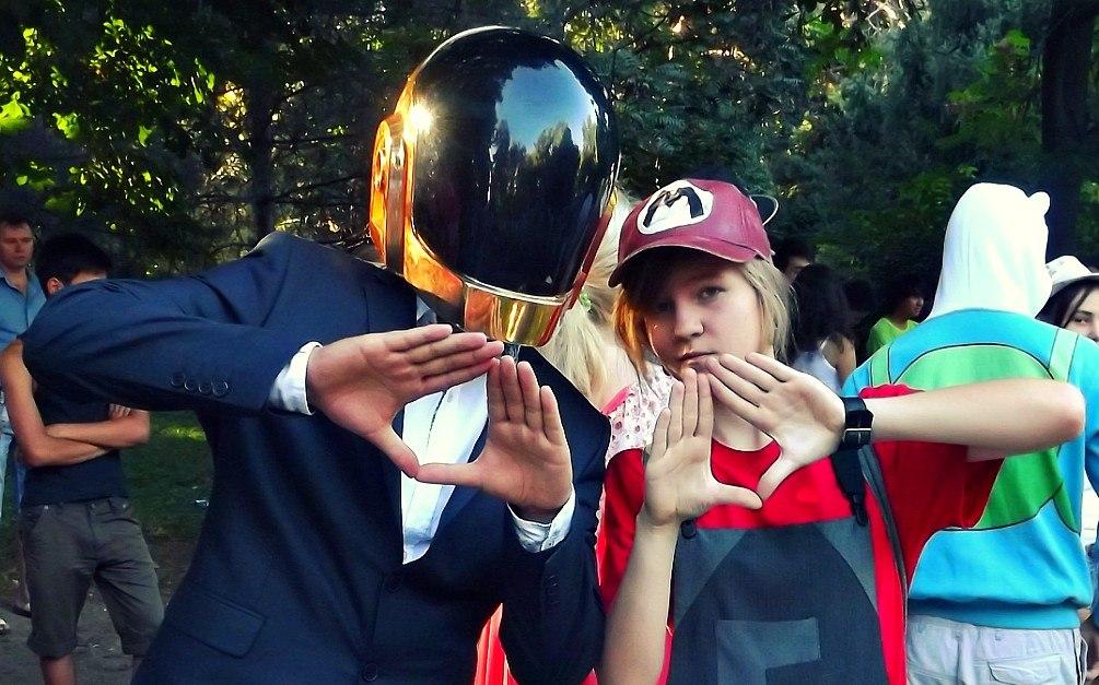 Марио из «Братьев Марио» и парень в шлеме робота одного из участников культового электронного дуэта Daft Punk