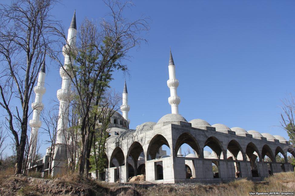 Длина мечети составляет 100 метров, а ширина 50. Мэрия Бишкека выделила под строительство 3,26 га.