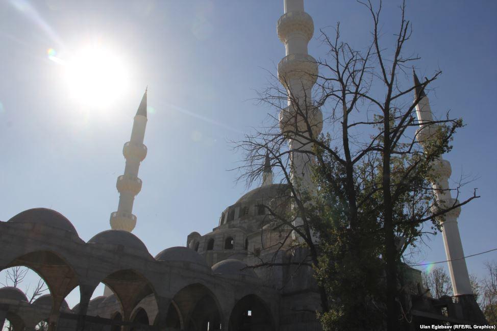 Мечеть состоит из четырех башень, высота каждой из которых 65 метров