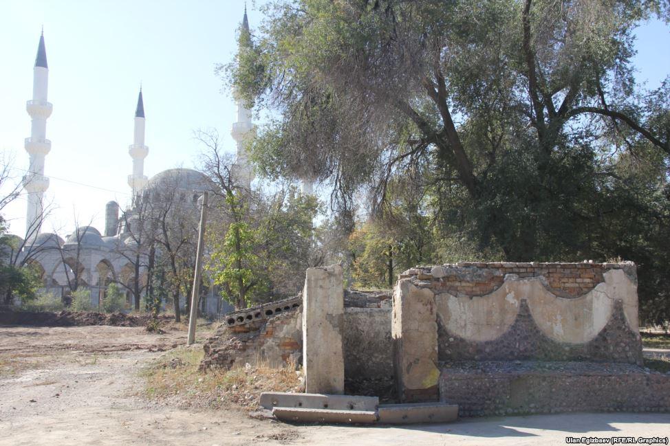 На территории мечети есть площадь в 0,5 соток, на которой расположен частный туалет. Хозяева оценили его в 25 тысяч долларов и отказываются продавать его за предлагаемую цену.