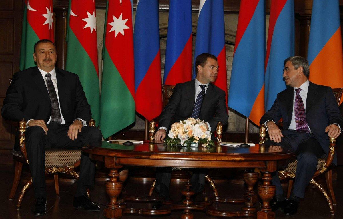 Слева-направо: президент Азербайджана Ильхам Алиев, премьер-министр России Дмитрий Медведев и президент Армении Серж Саргсян.