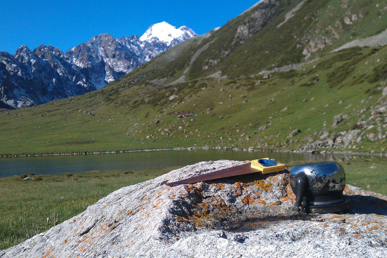 Оставленные чабаном инструменты возле горного озера в ущелье Кок-Мойнок.