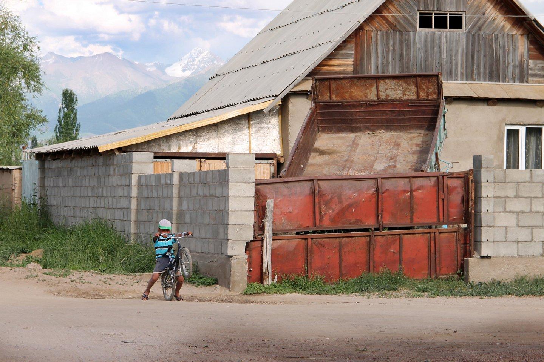 Мальчик на велосипеде в селе Тосор.