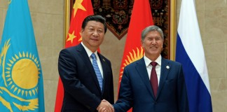 Президент Кыргызстана Алмазбек Атамбаев и председатель КНР Си Цзиньпин.