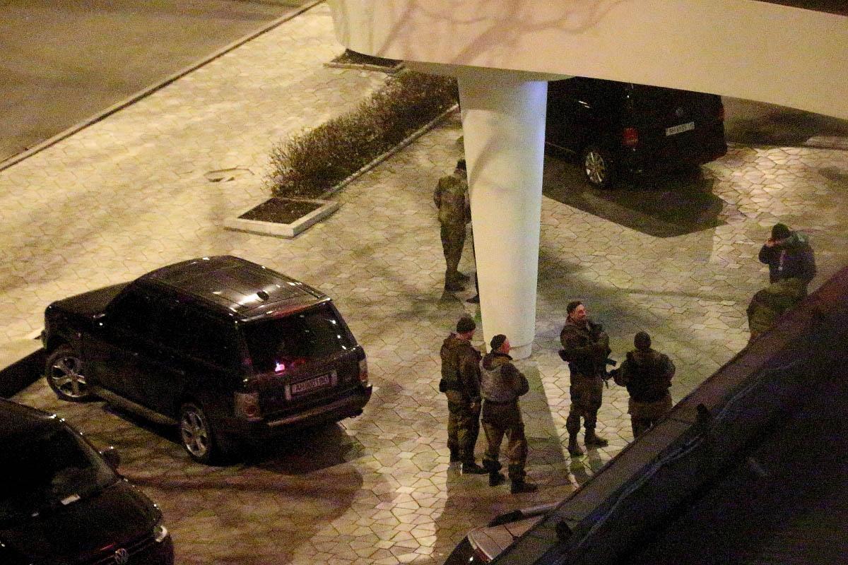 Осетинские солдаты возле отеля