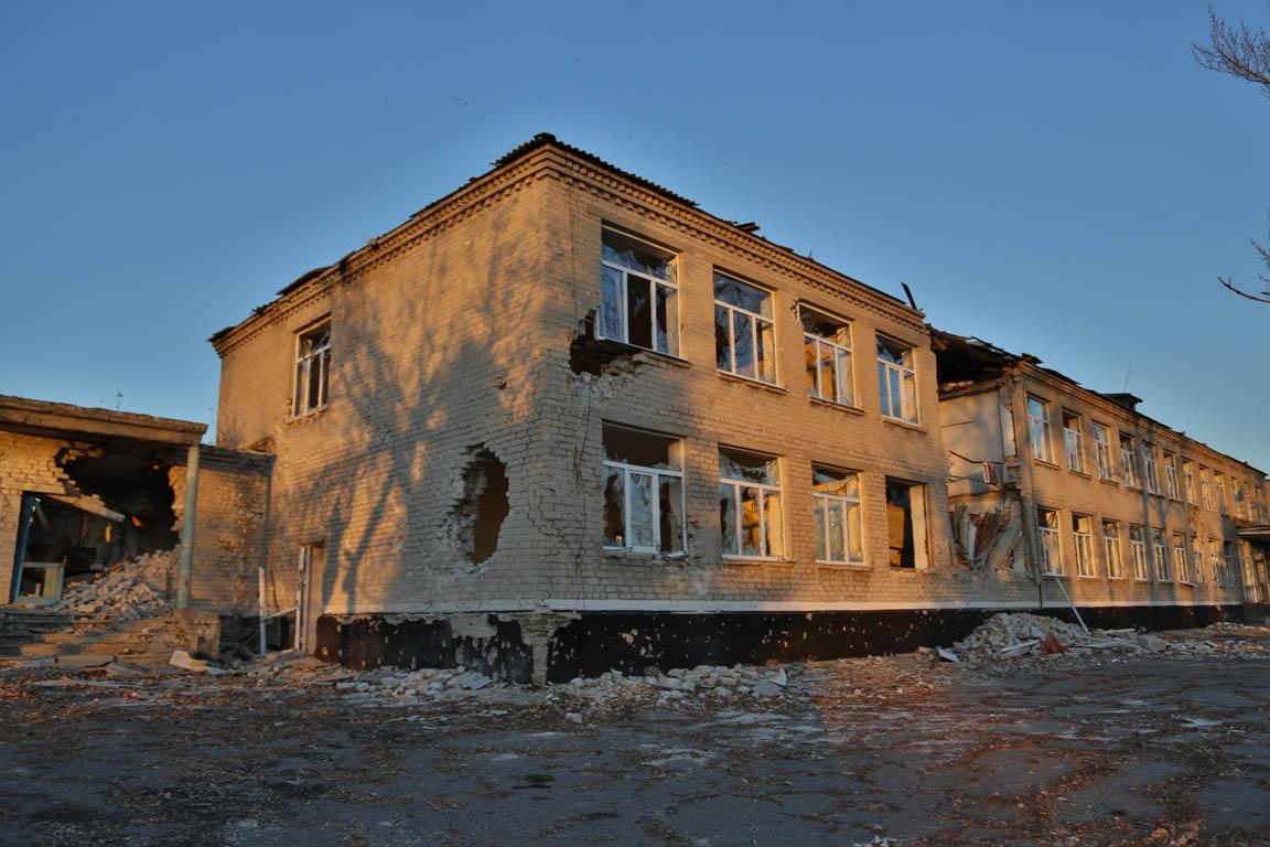 Уничтоженная украинской армией школа в селе Степановка Донецкой области