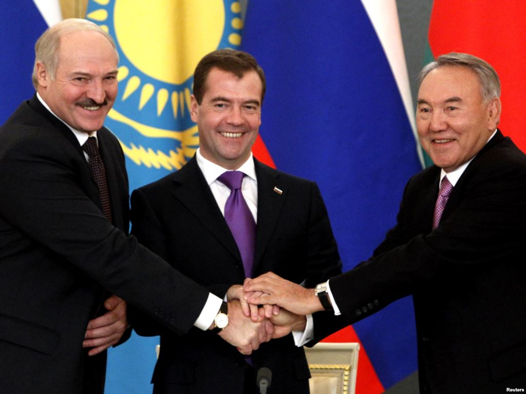 На фото: президент Белоруссии Александр Лукашенко, экс-президент России Дмитрий Медведев и президент Казахстана Нурсултан Назарбаев.
