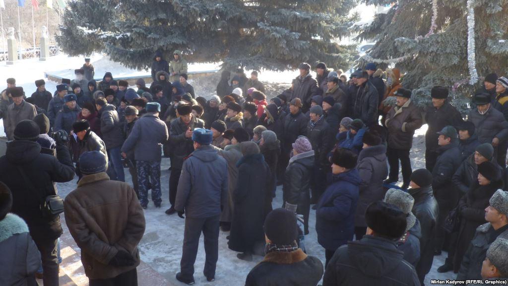 """Митинг против повышения тарифов на электроэнергию в Нарыне 24 декабря. Фото: """"Азаттык""""."""