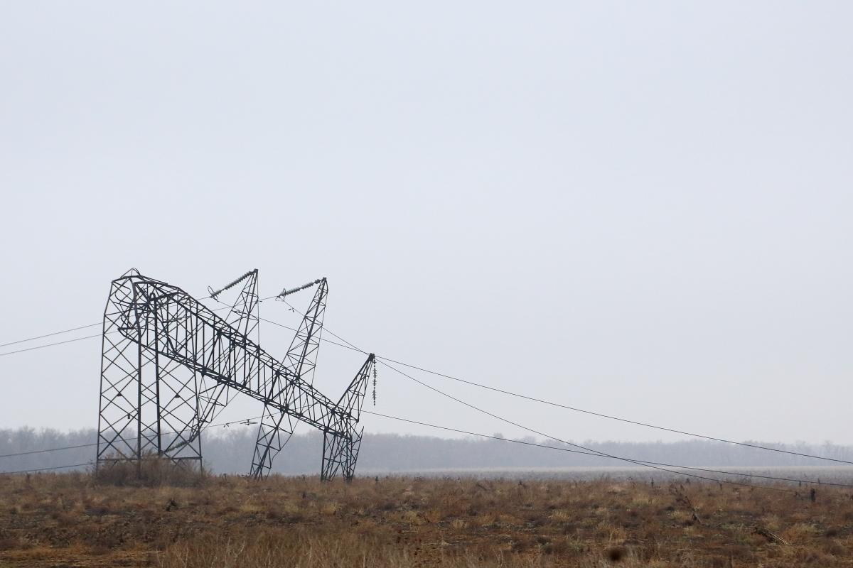 Линии электропередач близ Донецка, разрушенные во время боев.