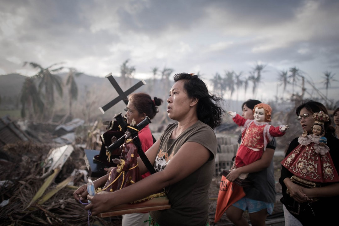 I место в категории «Горячие новости»,  Филипп Лопез (Philippe Lopez, Франция) «Выжившие после тайфуна». Религиозная процессия выживших после тайфуна «Хайян» в городе Толоса, Филиппины.