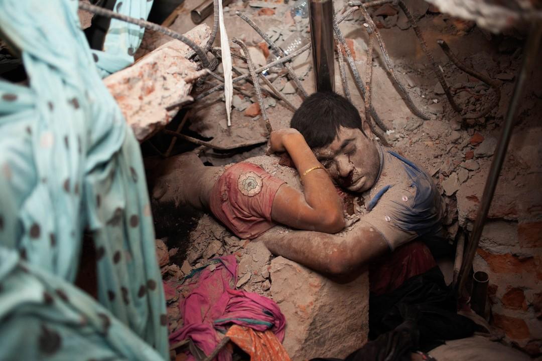 III местов категории «Горячие новости», Таслима Ахтер (Taslima Akhter, Бангладеш) «Последнее объятие». Жертвы лежат в руинах на следующий день после того, как здание «Рана Плаза», в котором размещалось 5 фабрик, рухнуло.  После катастрофы более 800 тел было визуально опознано родственниками, либо по документам, или личным вещам.   Родственникам других жертв пришлось предоставить образцы ДНК, но и месяцы спустя после инцидента многие так и не смогли опознать членов семьи. Крушение Рана Плаза считается одной из худших индустриальных катастроф в истории.