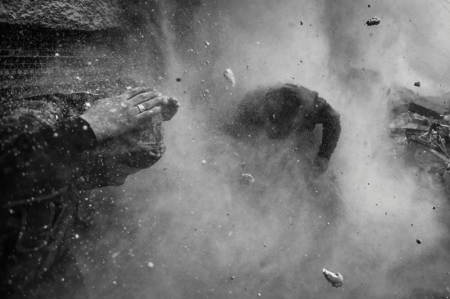 I место в категории «Горячие новости»,  Горан Томашевич (Goran Tomasevic, Сербия) «Повстанцы атакуют контрольно-пропускной пункт», 30 января 2013. Дамаск, Сирия. Двое бойцов сирийской свободной армии заняли позицию для атаки на контрольно-пропускном пункте Эйн Тарма. Боевики «Свободной армии Сирии» атаковали государственный контрольно-пропускной пункт 20 января в окрестности Эйн Тарма. Битва за пригород Дамаска имела решающее значение для обеих сторон. В этом случае, боевики атаковавшие КПП Эйн Тарма  на протяжении 2 часов, стали целью снайперов. После эвакуации павшего товарища, повстанцы вернулись к атаке под ракетными и танковыми обстрелами.