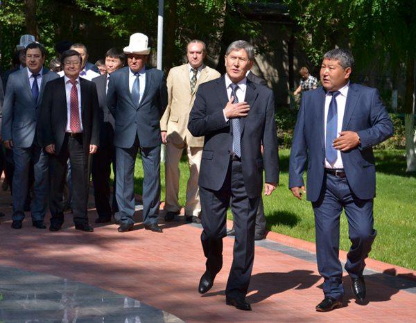 Президент Алмазбек Атамбаев и экс-мэр Оша Мелис Мырзакматов.