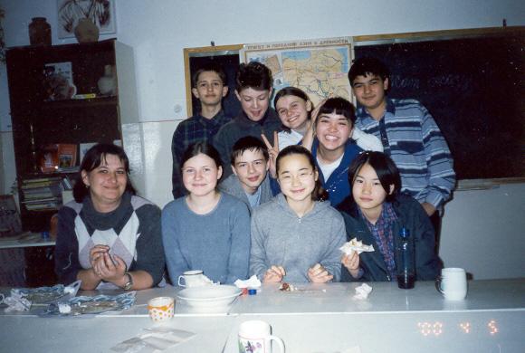 Ольга Видишева с одноклассниками в Бишкеке, 2000 год.
