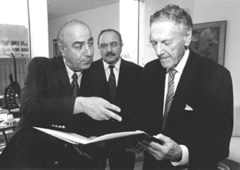 Достопочтенный Тедо Джапаридзе (слева), посол Грузии в США представляет Посла Арндольда Солцмана (справа) к Ордену Почета Грузии. К ним также присоединился постоянный представитель Грузии в ООН Реваз Адамиа (по центру).