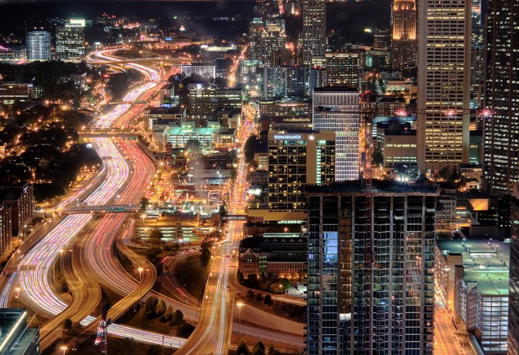 Ночная Атланта, штат Джорджия, США. Один из районов в нижней части города. Фото:  Brett Weinstein, Flickr.com.