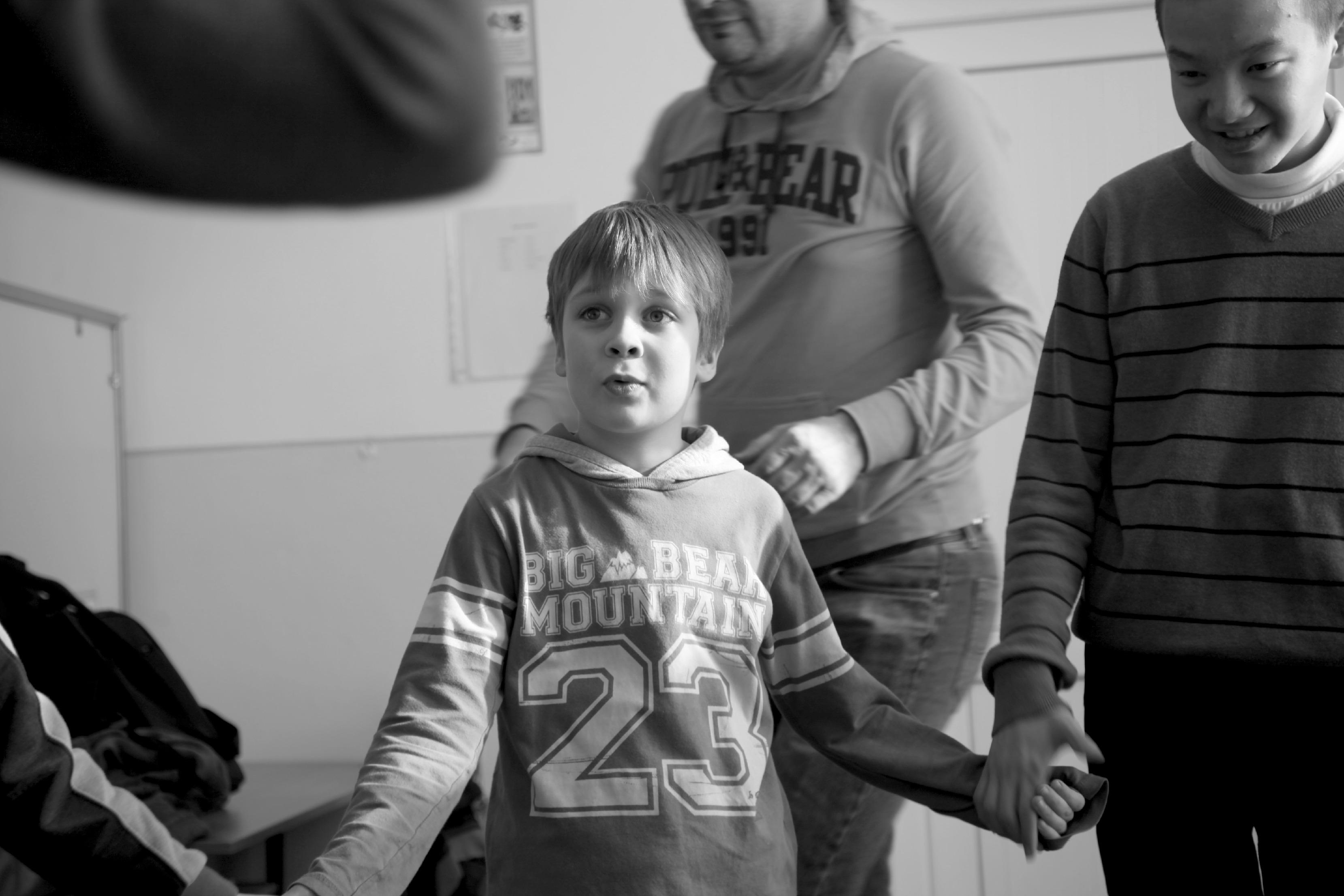 Омурбек (справа) периодически заходит в спецкласс и общается с другими детьми.