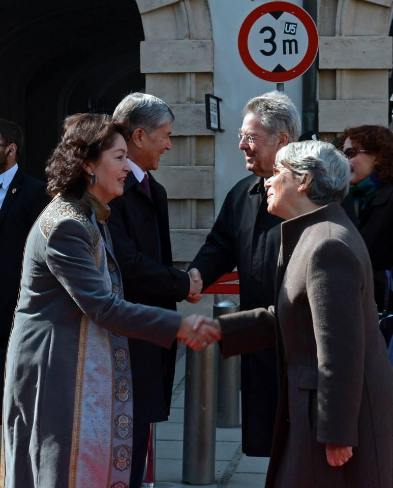 Президент Алмазбек Атамбаев, его жена Раиса, президент Австрии Хайнц Фишер и его жена Магрит.