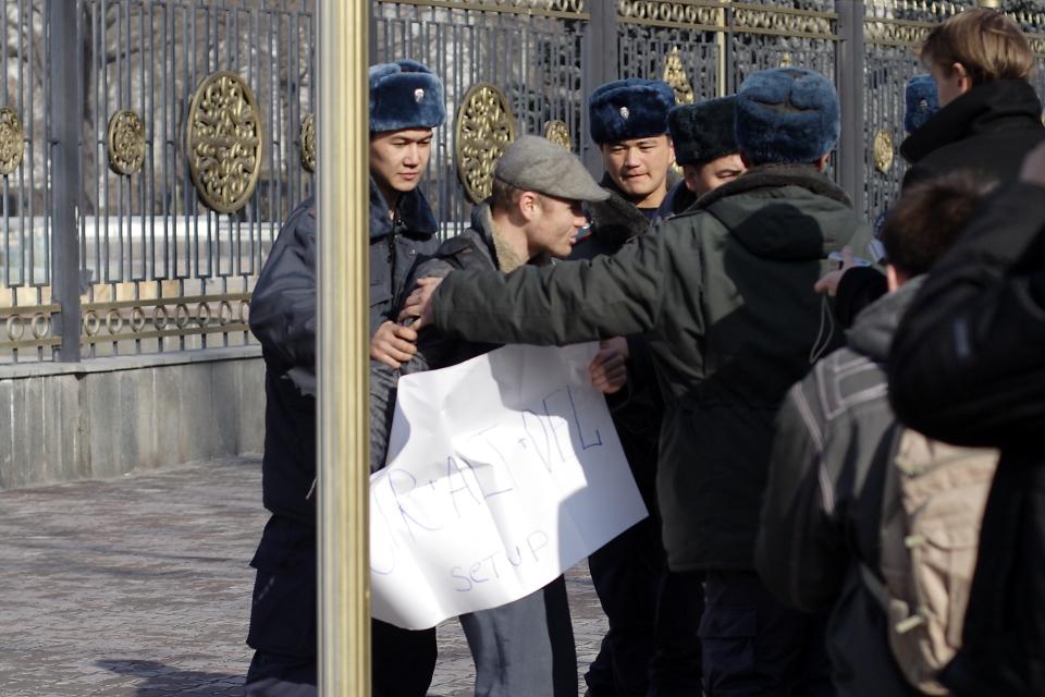 Одна из акций Максима Кулешова перед бишкекским Белым домом в 2009 году.