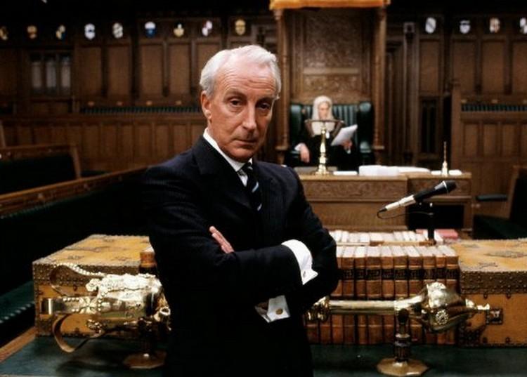 """Иэн Ричардсон в роли Фрэнсиса Уркуа в оригинальном минисериале """"Карточный домик"""", выходившем на Би-би-си в 1990 году."""