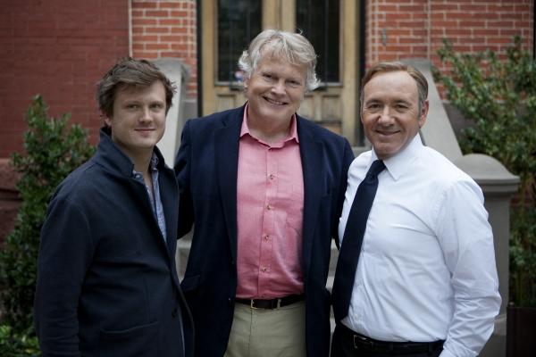 "Бо Уиллимон, Майкл Доббс и Кевин Спейси на съемках сериала ""Карточный домик""."
