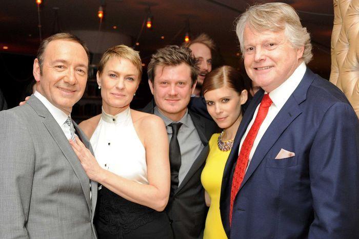 """Создатели и актеры американского римейка """"Карточного домика"""". Справа налево: Майкл Доббс, Кейт Мара, Бо Уиллимон, Робин Райт и Кевин Спейси."""