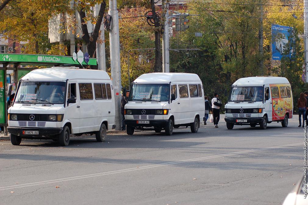 Маршрутки на остановке, которая находится на пересечении улицы Ахунбаева и проспекта Мира.