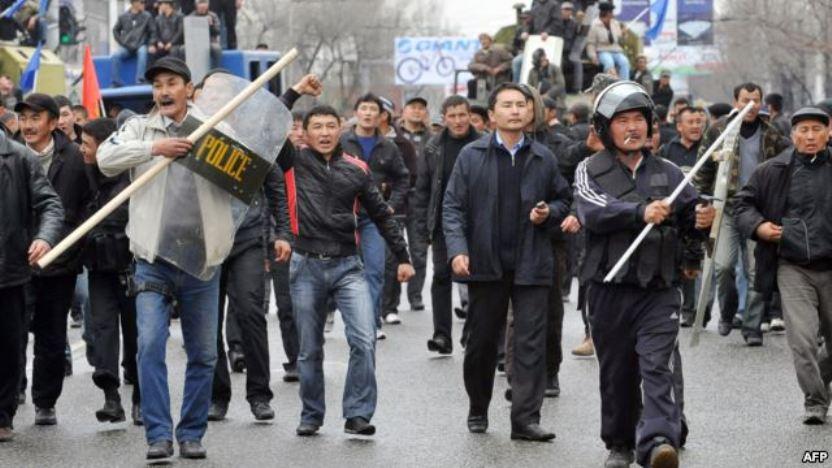 Толпа митингующих движется к Белому дому 7 апреля. Через несколько часов они свергнут Бакиева.