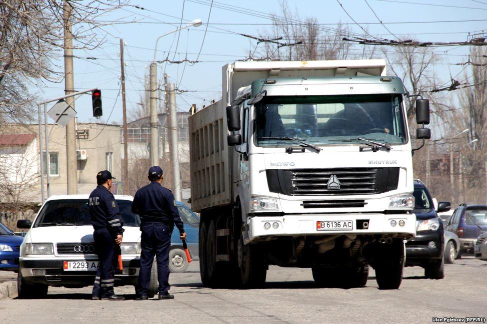 """По закону, проезд большгрузных автомобилей по основным дорогам запрещен. Но а это 40-тонный """"Хово"""" на улице Лермонтова."""
