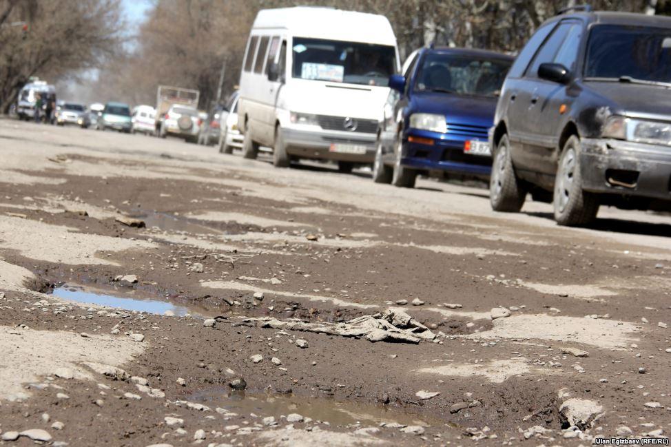"""А это улица Махатмы Ганди. Водители вынуждены учиться здесь экстремальному вождению, но и эти навыки не всегда спасают от """"восьмерок"""" на колесных дисках."""