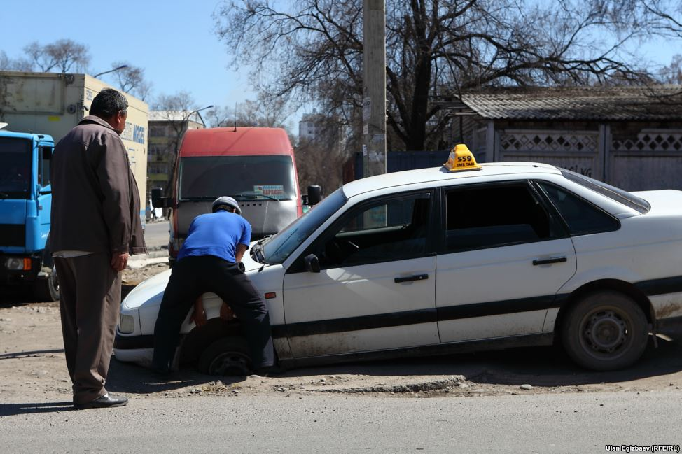 Открытые люки на столичных дорогах - нередкость. Туда могут угодить все - и опытные водители, и курсанты автоучилищ.