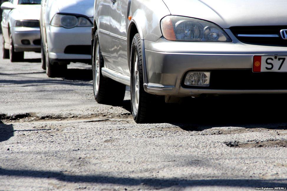Отрезок улицы Тоголока Молдо между Ленинградской и Жибек-Жолу - мечта экстремалов и головная боль простых водителей.