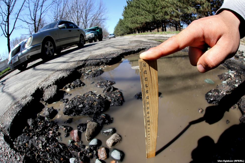 Средняя глубина ям на столичных дорогах 10 сантиметров.