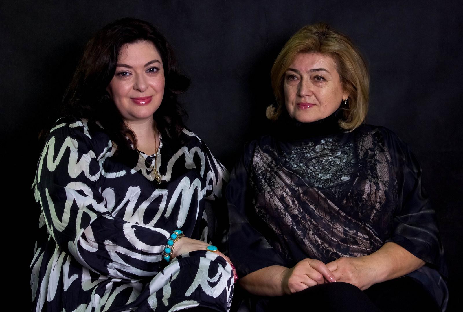 Анжела Мирджалиева (слева) - узбечка, еврейка, белоруска, дунганка. Анна Герцена (справа) - еврейка, белоруска,