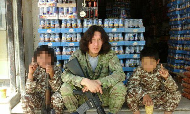 Мужчина, называющий себя в социальной сети членом ИГ, в окружении детей, которые, как он утверждает, являются этническими кыргызами.