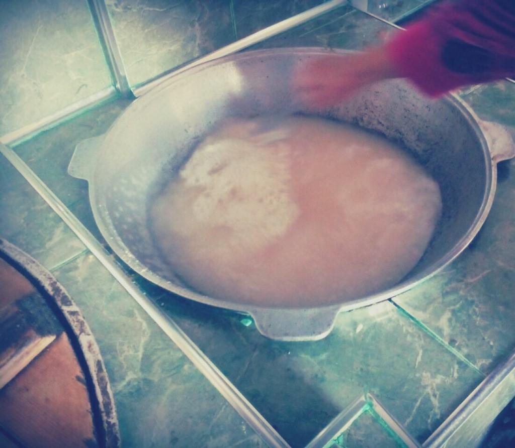 Затем добавляется вода, а после того, как вода закипела, в казан добавляется толченое зерно.