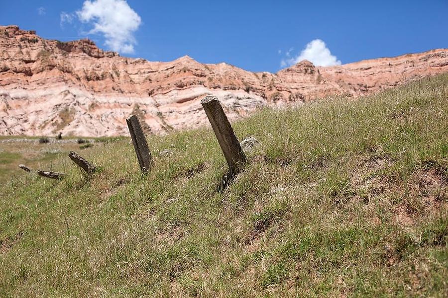 Несколько бетонных столбов – это все, что осталось от заграждения вокруг уранового могильника. (Фото: Дэвид Триллинг)
