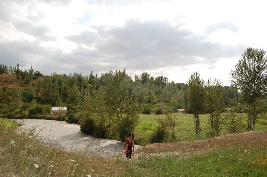 Село Катран. Девочка, идущая за водой. Река Козу-Баглан. Вода там питьевая.