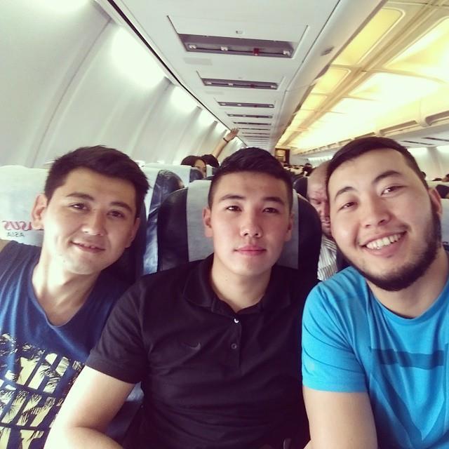 Арсен (крайний справа) в течение нескольких дней находился с Омаром в туре по областям Кыргызстана.